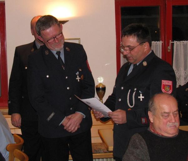 Alois Glas (links) wird für 40 Jahre aktiven Dienst geehrt.