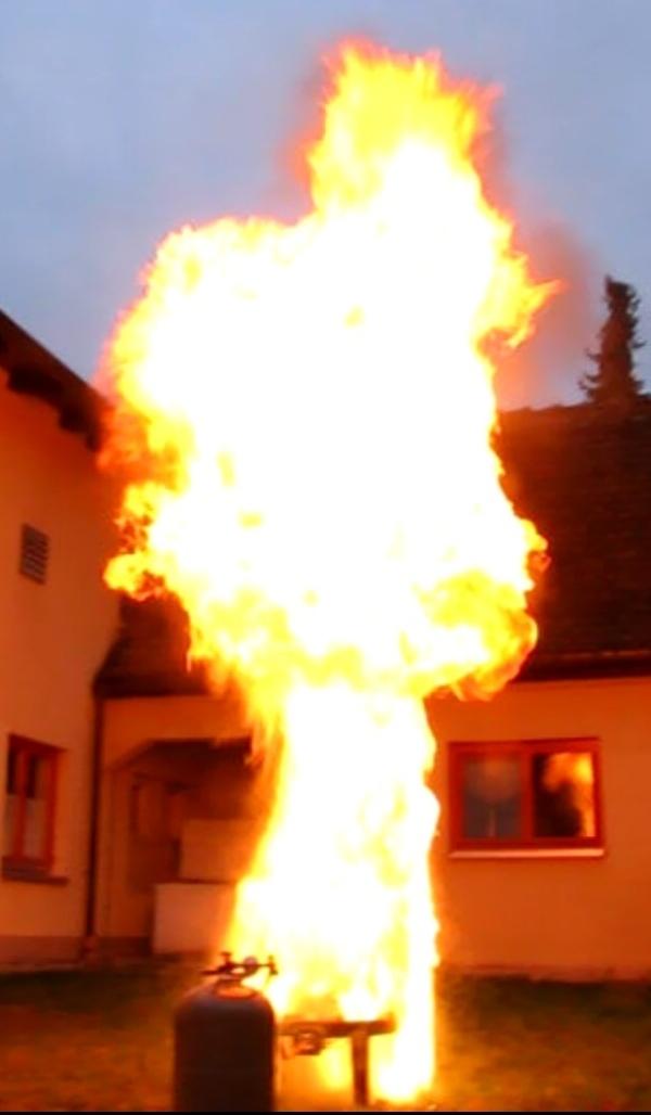 Auswirkungen wenn Brennendes Fett mit Wasser gelöscht wird.